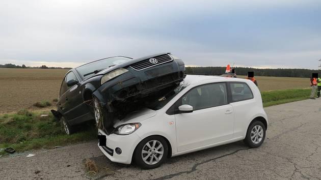 Volkswagen prolétl vzduchem a narazil do protijedoucí škodovky.