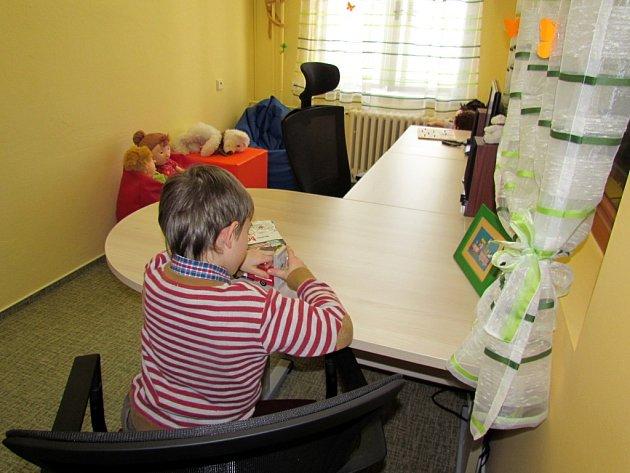 ZMÍRNIT STRES A TRAUMA, když se dítě stane obětí trestného činu, má za úkol nová speciální výslechová místnost v budově jindřichohradecké policie.