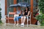 Dobrou náladu při zpívání v Jindřichově Hradci nezkazila ani dešťová přeháňka. Foto: Josef Böhm