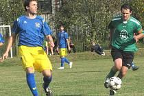Derby mezi Hranicemi a Klikovem bylo ve znamení gólové přestřelky, ale nakonec se soupeři o body rozdělili (3:3). Na snímku bojuje domácí kapitán Jan Herzog (vpravo) s klikovským Vratislavem Markesem.