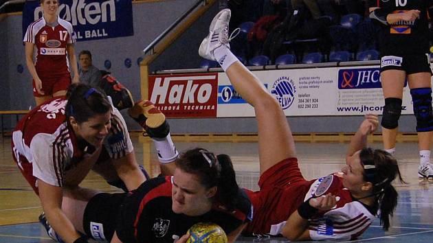 Momentka ze zápasu házenkářek J. Hradec - Šaĺa.