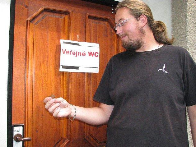 Na snímku ukazuje funkčnost dveří a mincovníku pracovník krematoria Karel Samec.