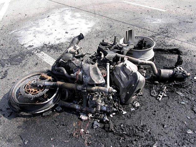 U Stráže shořela motorka i automobil