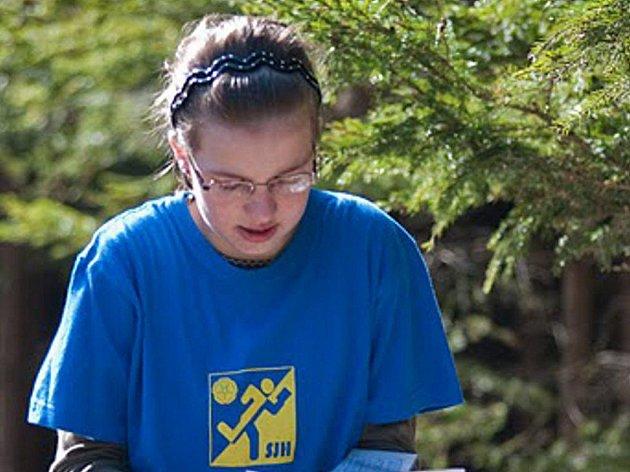 Orientační běžkyně jindřichohradeckého Slovanu Veronika Peňázová triumfovala v kategorii dívek do 14 let ve třetím závodě Ligy Vysočiny, který se konal v okolí Rohozné na Jihlavsku.