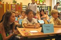V pondělí byl ve znamení návratu dětí do školních lavic. Na snímku jsou prvňáci ze 3. základní školy v Jindřichově Hradci.