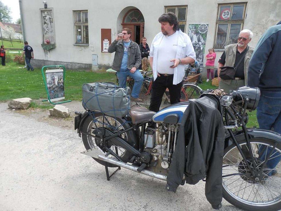 Zaniklá škola v Horní Radouni dnes slouží jako muzeum motokol.