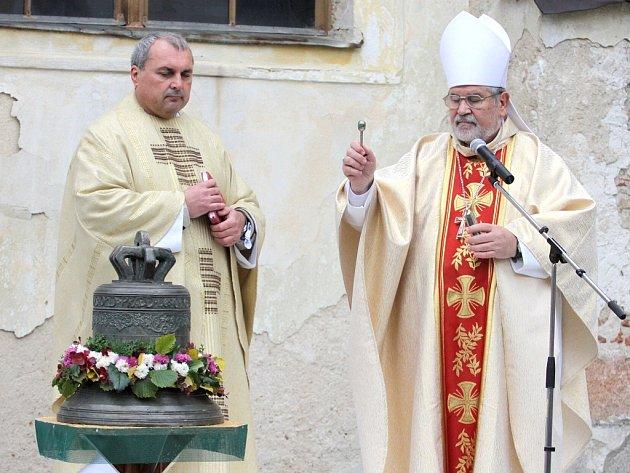 ŽEHNÁNÍ ZVONU v Horní Pěně provedli českobudějovický sídelní biskup Mons. Jiří Paďour, OFMCap (vpravo) společně s jindřichohradeckým vikářem Ivo Valáškem.