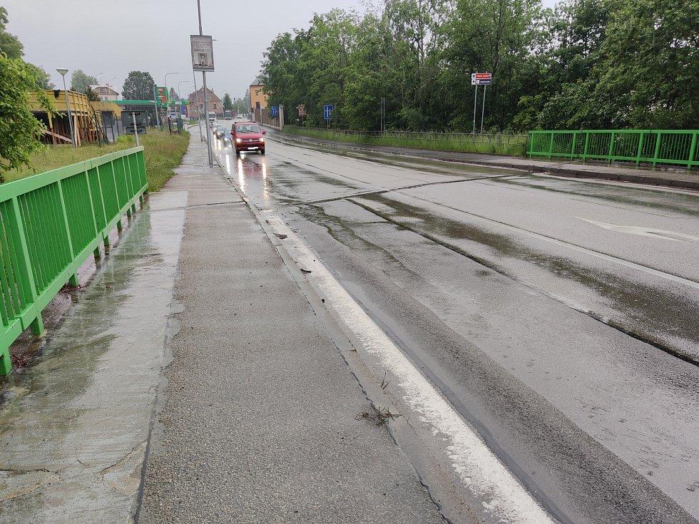 Středeční propršené ráno u Nežárky v blízkosti jindřichohradeckého nádraží.