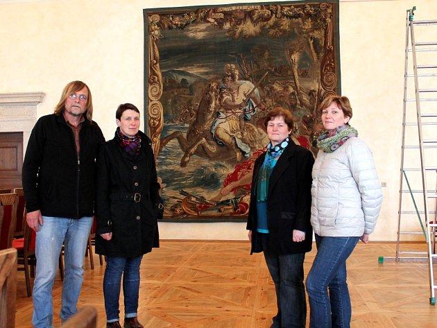 V ATELIÉRECH TAPISÉRIÍ v Jindřichově Hradci licencované restaurátorky pracovaly na restauraci a konzervaci gobelínu ze 17. století s názvem Caesar překračuje Rubikon. Historické dílo patří Umělecko-průmyslovému muzeu v Praze.