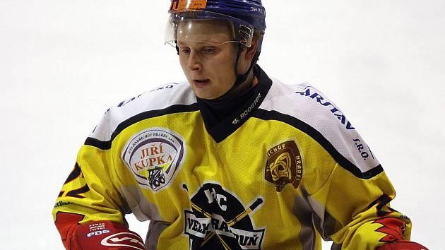 Útočník Velké Radouně Michal Gurka zaznamenal úvodní trefu svého celku v utkání proti Humpolci, které hokejový celek z Jindřichohradecka nakonec vyhrál 4:2.
