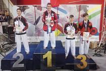 Jiří Snížek (druhý zleva) z hradeckého oddílu Slovan Okinawa karate Do vybojoval titul mistra republiky.