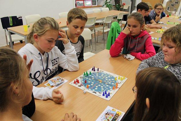 Děti se v bystřické knihovně utkaly ve Člověče, nezlob se.