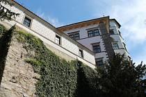 Brány jindřichohradeckého zámku jsou návštěvníkům zatím uzavřené.