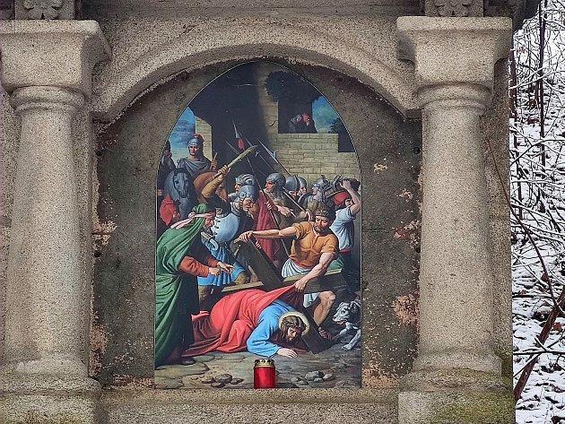 Křížová cesta ke kostelu svatého Jakuba vJindřichově Hradci. Pán Ježíš padá pod křížem poprvé.
