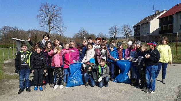 Děti ze základní školy v Deštné se připojily k akci Ukliďme Česko.