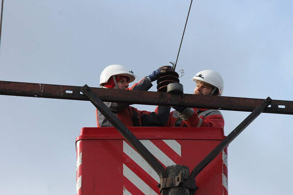 Technici společnosti E.ON odstraňovali následky vichřice nedaleko Deštné.