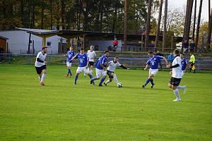 Suchdolští fotbalisté (v modrém) doma podlehli Nové Bystřici 1:2.