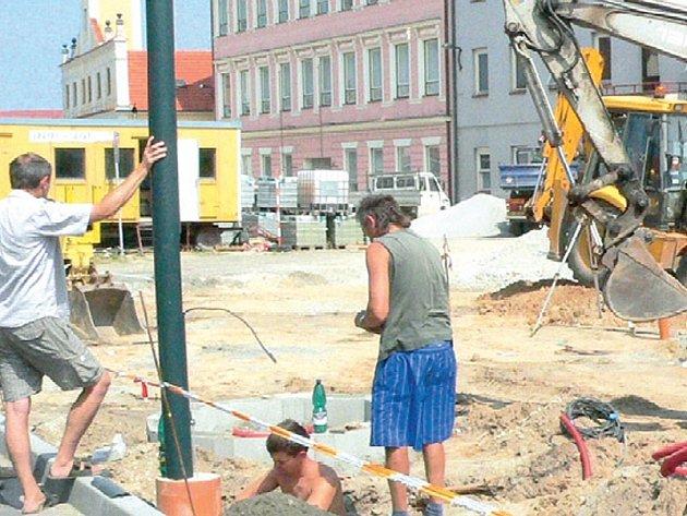 OPRAVA. Rozkopané náměstí v Lomnici přineslo otázku vlastní  historie města.