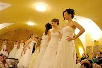 Módní přehlídka svatebních šatů slavila úspěch.