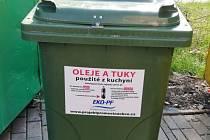Speciální zelený kontejner na spotřebovaný olej a tuk. V Hradci se jich nyní nachází třináct.
