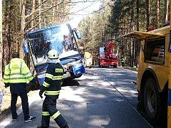 U Dolního Žďáru sjel autobus plný studentů do příkopu.