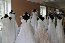 Jindřichohradecký svatební salon navštěvují v těchto dnech budoucí nevěsty i maturantky.