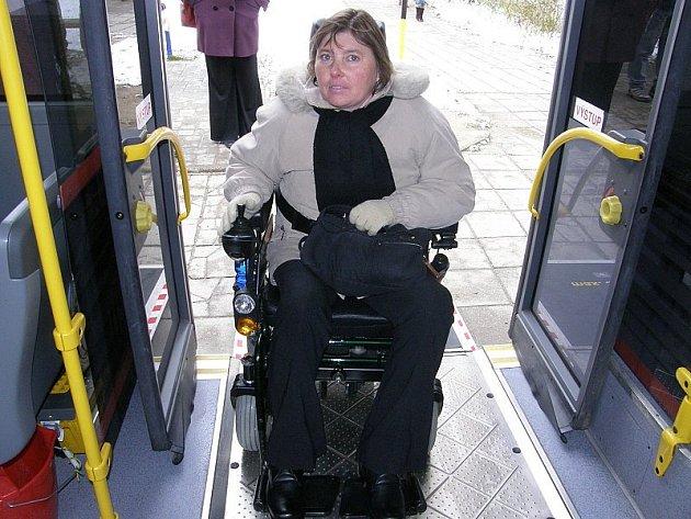 Nízkopodlažní autobus městské hromadné dopravy umožňuje pohodlný nástup i výstup nejenom vozíčkářům, ale i lidem s horší pohyblivostí.
