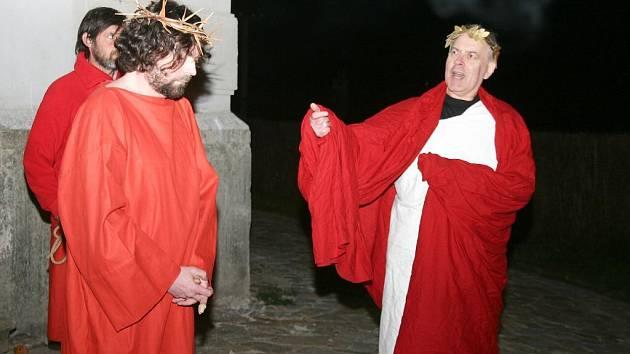 Velikonoční pašijové hry v Deštné v podání místních ochotníků.