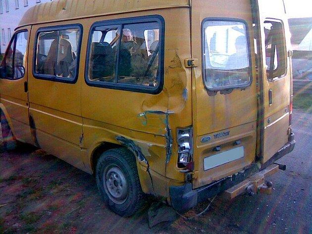 Střetnutí Ceausescovy balkánské techniky s americkým  Fordem na přejezdu v Blažejově mělo jen jednoho vítěze. Parní lokomotiva to odnesla rozbitým sklem ve svítilně a jeden vagon má poškrábaný lak. Dodávka dopadla hůř.