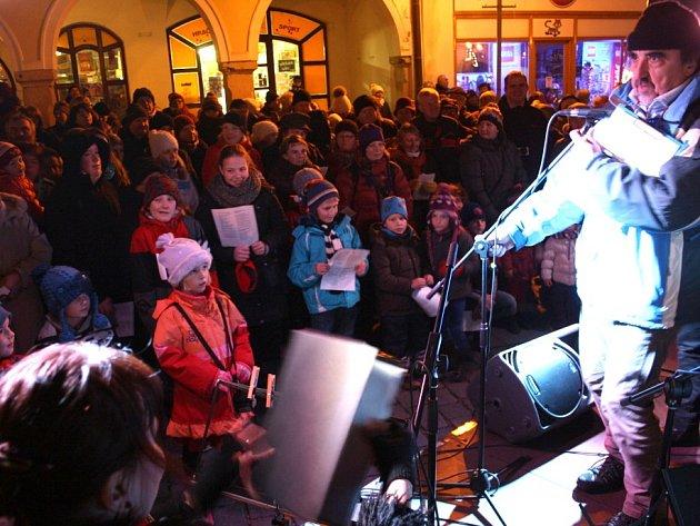 Třeboňským náměstím se rozléhal zpěv koled. Zpívaly čtyři stovky lidí.