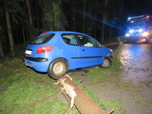 Vpátek po třetí hodině ranní auto uBlažejova narazilo do spadlého stromu.