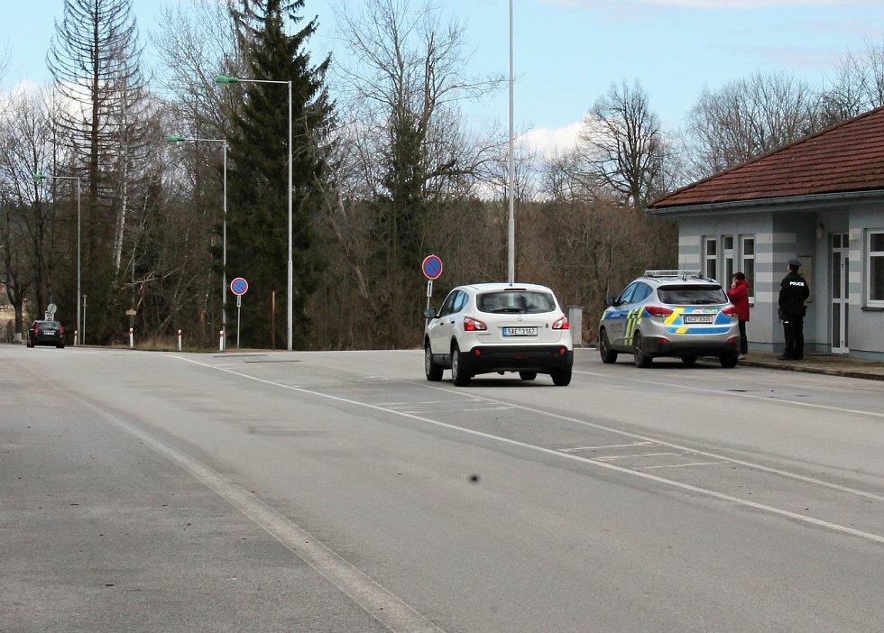 V pátek v poledne byl hraniční přechod s Rakouskem v Nové Bystřici téměř prázdný. Během hodiny tu oběma směry projelo jen několik aut.