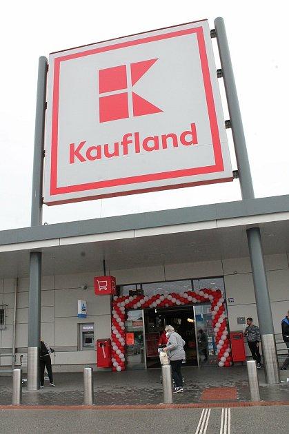 Do třeboňského Kauflandu vyrazily davy lidí ve středu na nákup.