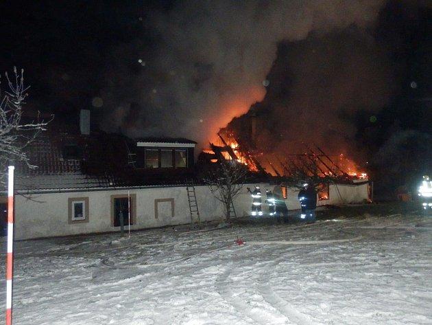 Požár v Horní Radouni zničil obytnou část i stodolu.