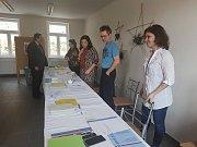 Volební okrsky v Hradci kontroluje výprava z úřadu v čele se starostou Stanislavem Mrvkou. V místní části Dolní Skrýchov odvolilo půl hodiny po začátku voleb šest voličů.