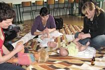 Fyzioterapeutka Hana Kümmelová (zleva) v jindřichohradeckém Baby klubu vede kurz masáží miminek. Na snímku  ji sledují maminky Aneta Chramostová a Nela Svěráková.