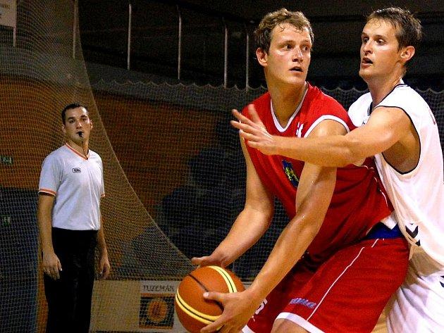 Přípravné utkání BK LIONS Jindřichův Hradec s týmem Basketball Brno. Pivot Ivo Prachař (vlevo) se po letech vrátil do kabiny jindřichohradeckých prvoligových basketbalistů a měl by se stát jednou z hlavních opor týmu.
