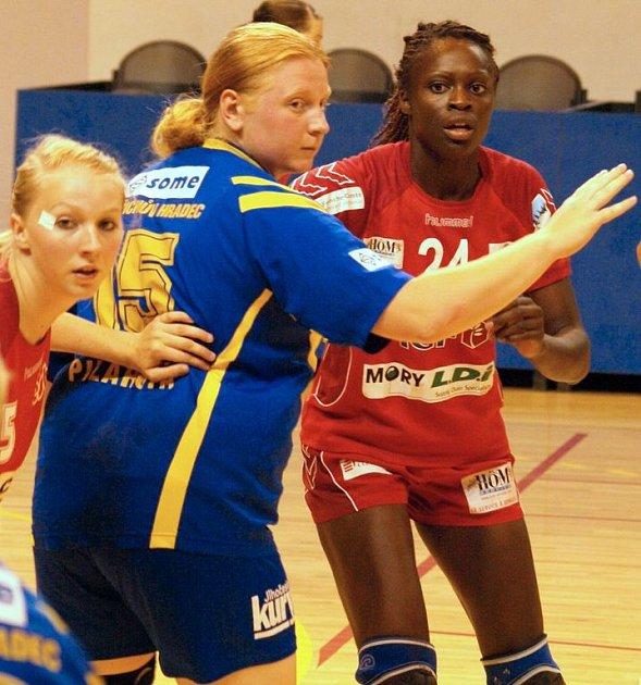 Tvrdost francouzských házenkářek během dvou přípravných utkání v Besanconu na vlastní kůži okusila v dresu jindřichohradeckého celku i juniorská reprezentantka Lenka Pilařová (uprostřed).