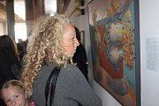 V kulturním domě v Deštné se koná výstava výtvarníků z města i okolí. Foto: Josef Böhm