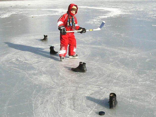 Šestiletý hokejista Pavel Valevaty trénoval ve čtvrtek i na zamrzlém rybníku Vajgar.