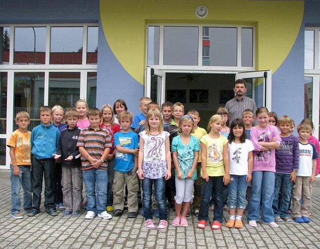 Žáci 3.A před opravenou a zateplenou fasádou jindřichohradecké 3. základní školy s ředitelem Ladislavem Chocholoušem.