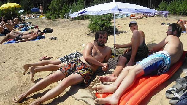 Kdo mohl, tak o víkendu utíkal k vodě. U pískovny v Cepu byla pohoda.