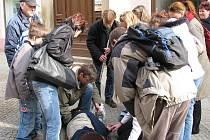 Zachránci, kteří se v jindřichohradecké pěší zóně ocitli v situaci, kdy na ulici ležel člověk v bezvědomí, na nic nečekali. Stabilizovaná poloha, vytáhnout zapadlý jazyk a pak umělé dýchání.