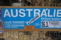 Falešným, profesionálně nalepeným nápisem ZRUŠENO chtěl neznámý vtipálek narušit Diashow Leoše Šimánka.