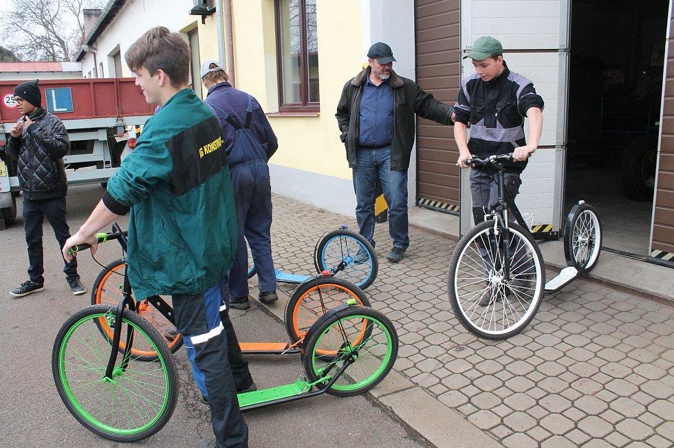 Učni z Třeboně vyrobili čtyři koloběžky pro děti z volyňského dětského domova.
