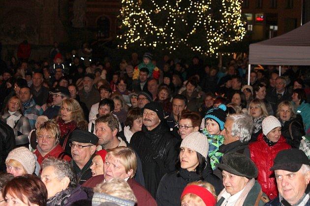 Momentky ze zaplněného náměstí v Jindřichově Hradci, kde Česko zpívalo koledy.