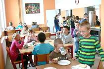 Jídelna v novosedelské základní a mateřské škole.