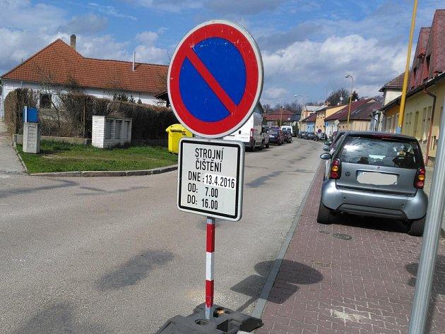 Na blokové čištění ulic značky upozorňují sedm dní předem.