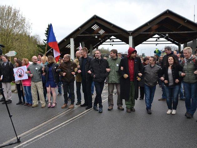 V sobotu odpoledne se sešla zhruba stovka lidí, aby v pokojné demonstraci zablokovala hraniční přechod v Českých Velenicích na protest proti liknavosti vlády ohledně přílivu nelegálních migrantů.