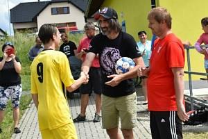 Ve Strmilově uspořádali žákovský fotbalový turnaj, jehož patronem byl herec Jakub Kohák.